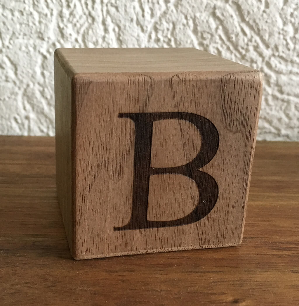 Buchstabenwürfel Nussbaum B